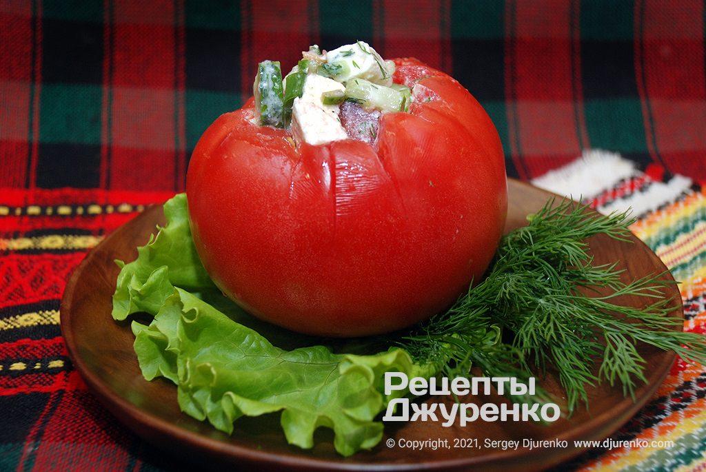 Готова страва Фаршировані помідори з салатом із овочів та бринзи.