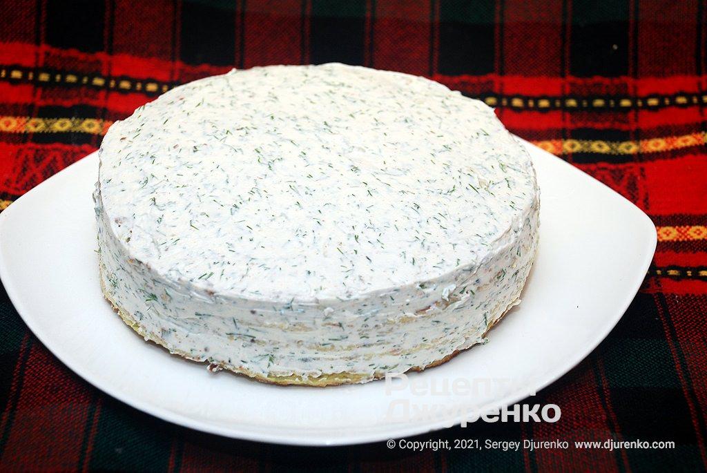 Смазать сырной начинкой верх и бока, затем поставить на холод для пропитки.