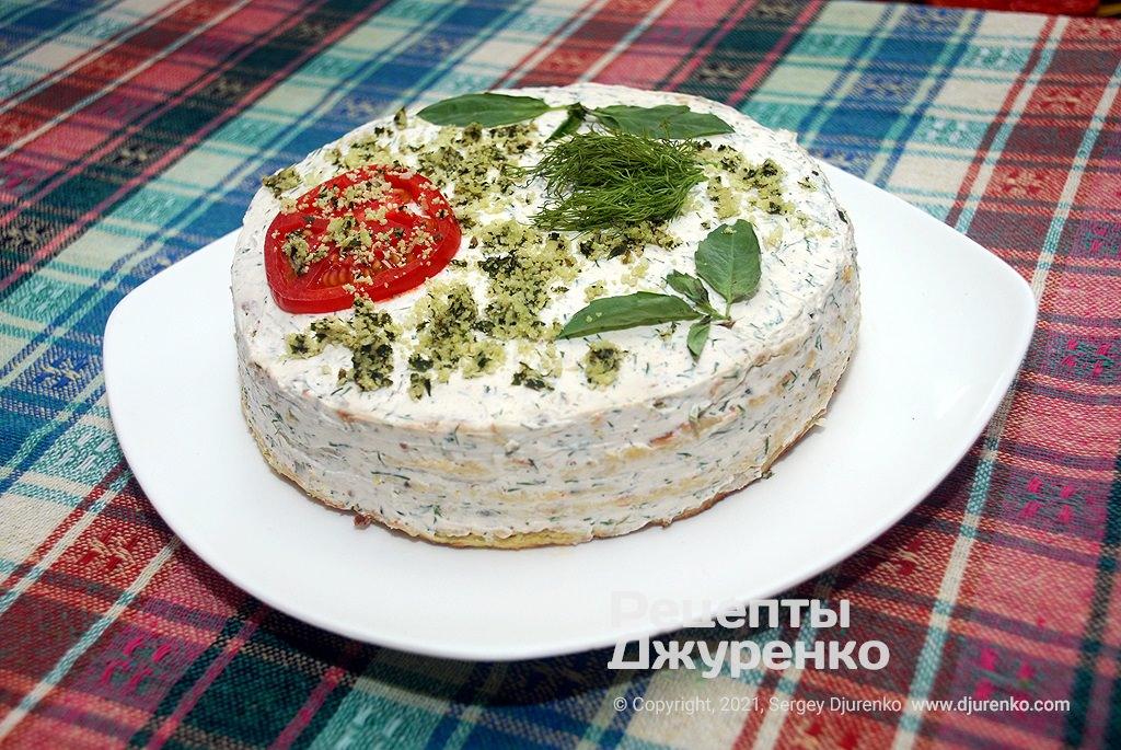 Кабачковый торт с начинкой из молодого сыра с чесноком и зеленью.