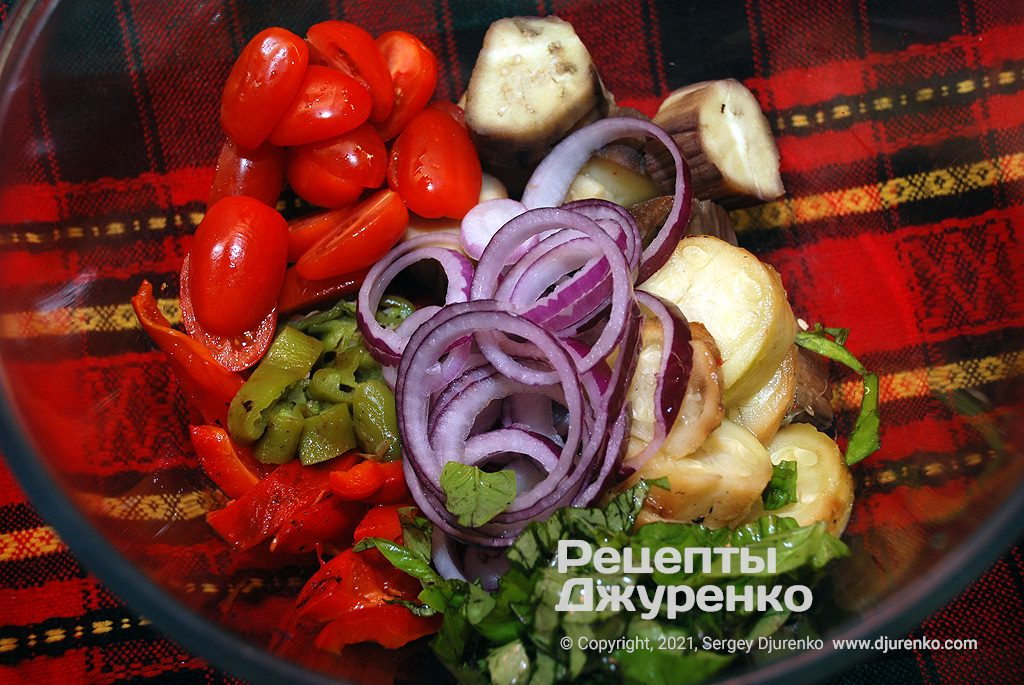 Нарізати всі підготовлені овочі і змішати їх в мисці.