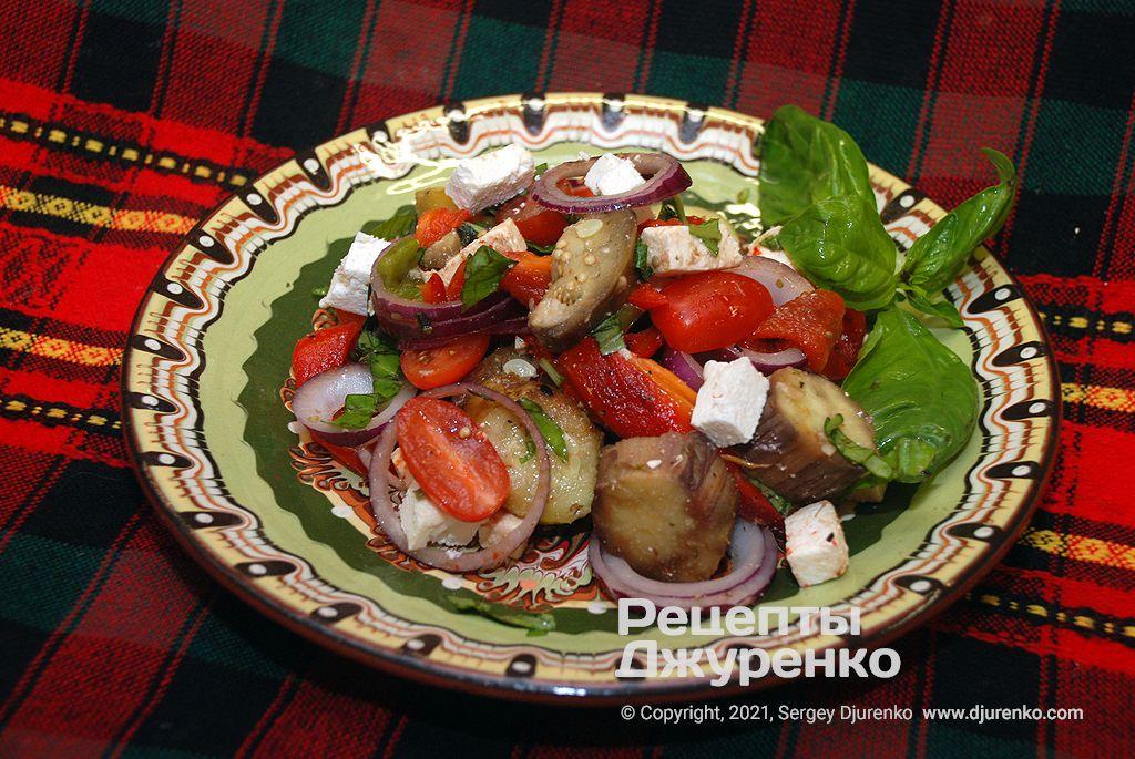 Готова страва Салат з запечених овочів з томатами, цибулею і базиліком.
