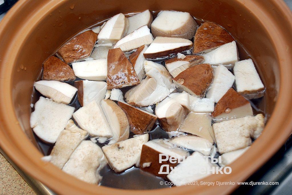 Сварить грибной бульон.