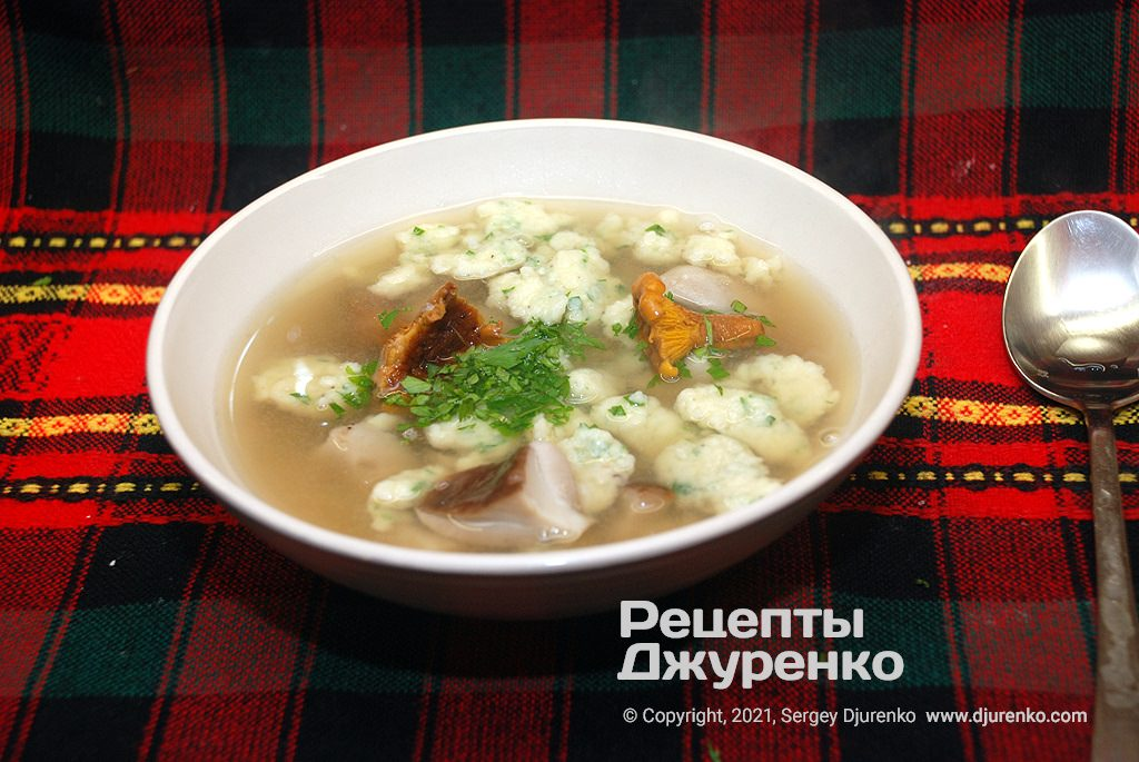 Суп с клецками из картофельного теста на грибном бульоне.