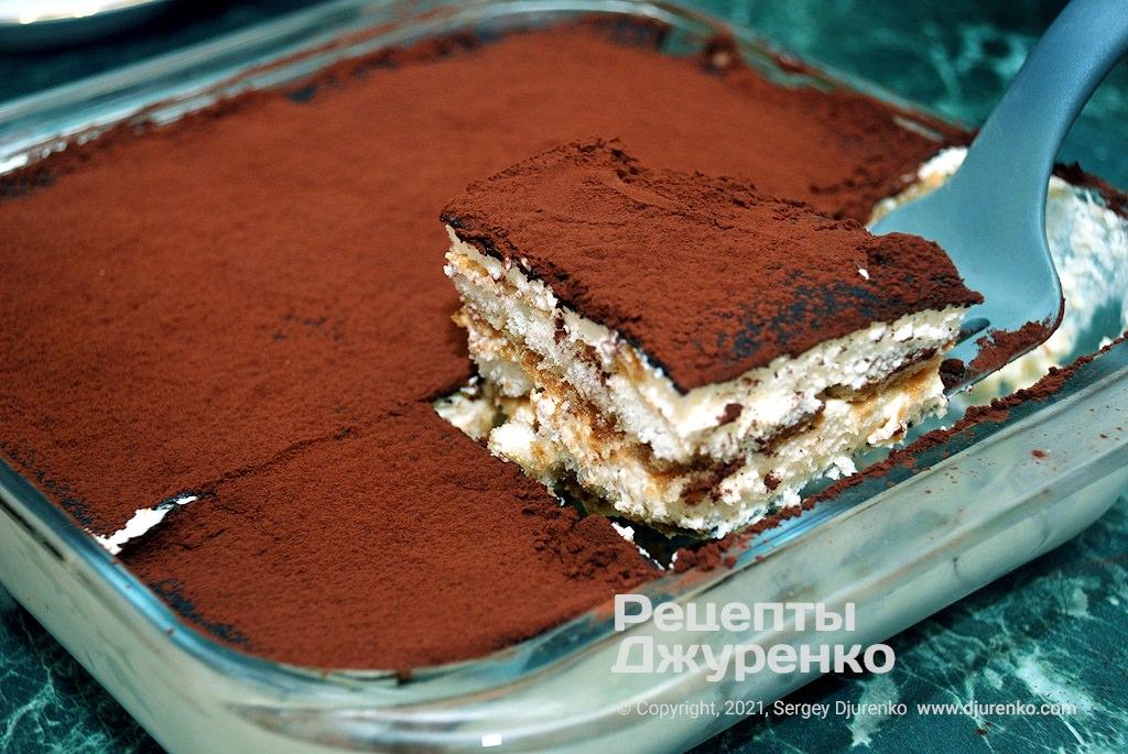 После охлаждения, разрезать торт на порционные куски.
