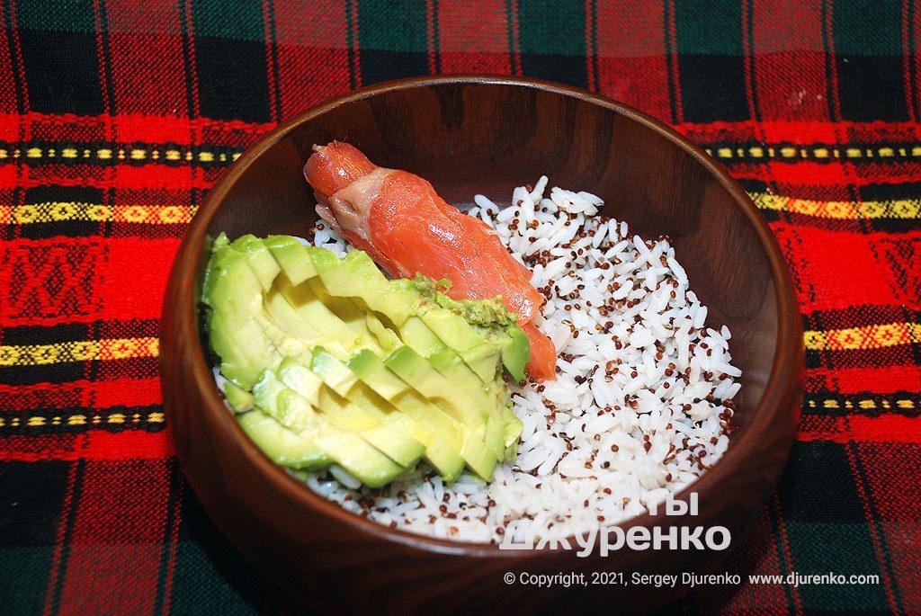 Укласти скибочки авокадо і слабосоленої риби.