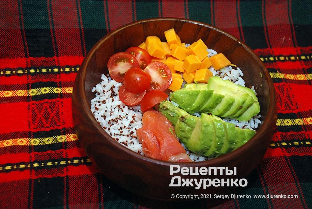 Додати в боул половинки помідорів черрі та сир.