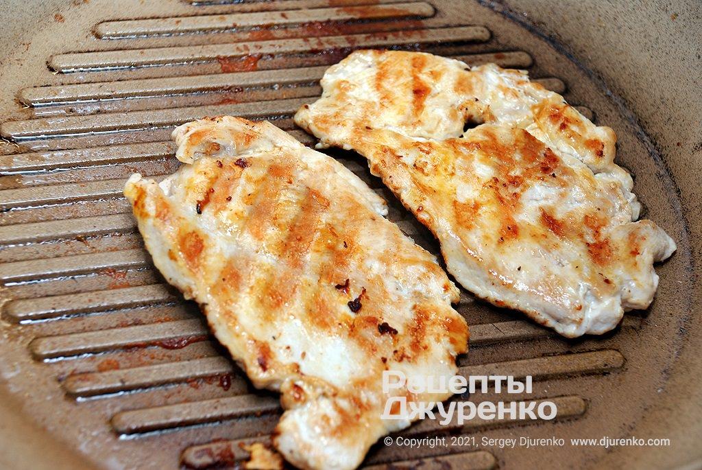 Обжарить курятину до готовности и румянца.