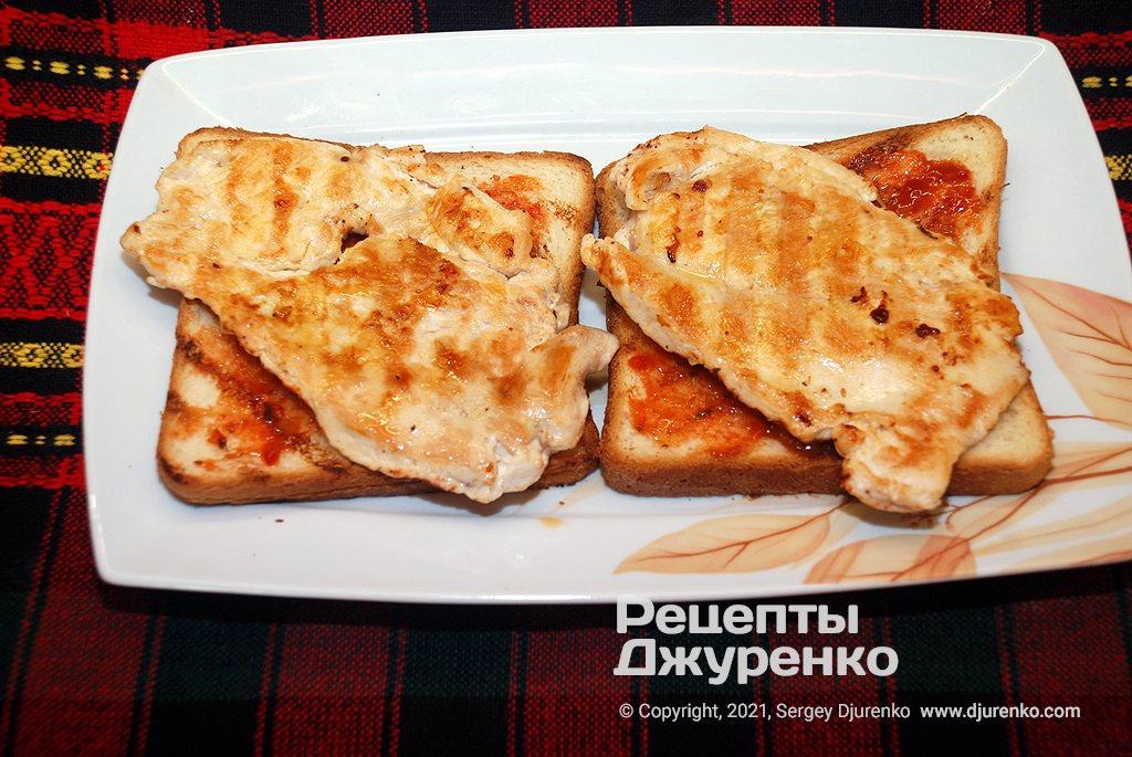 Смазать два куска хлеба острой сальсой и положить на них куриное филе.