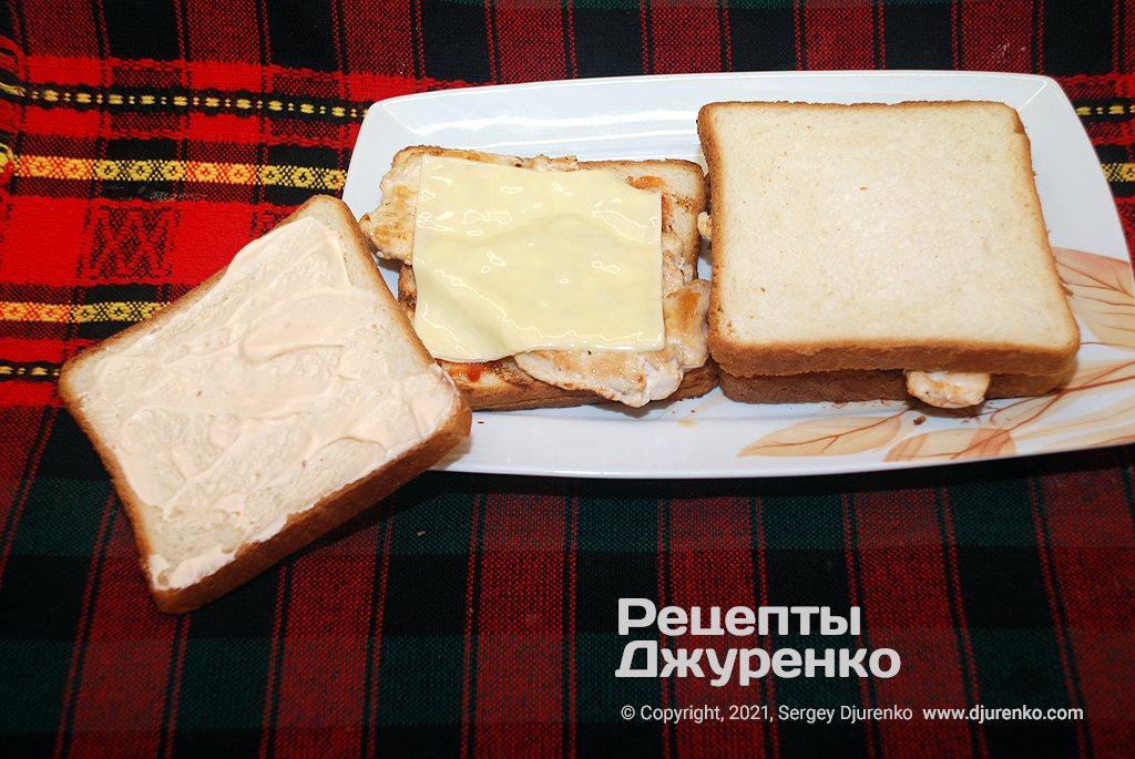 Положить по ломтику плавленого сыра и накрыть смазанным майонезным соусом мягким хлебом.