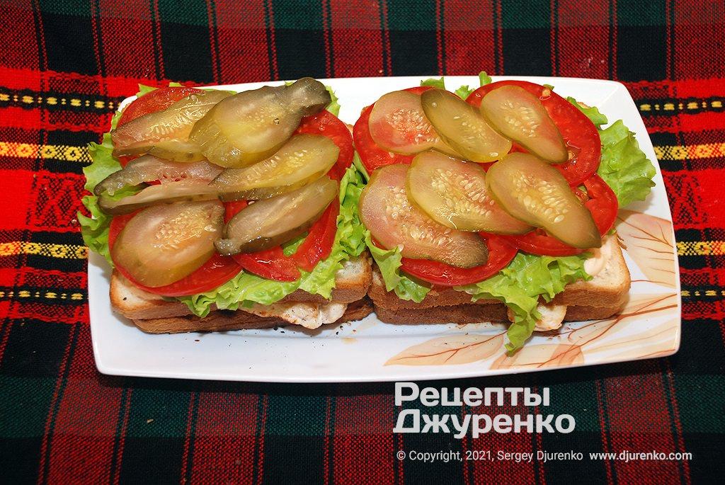 Положить зеленый салат, помидоры и огурец.