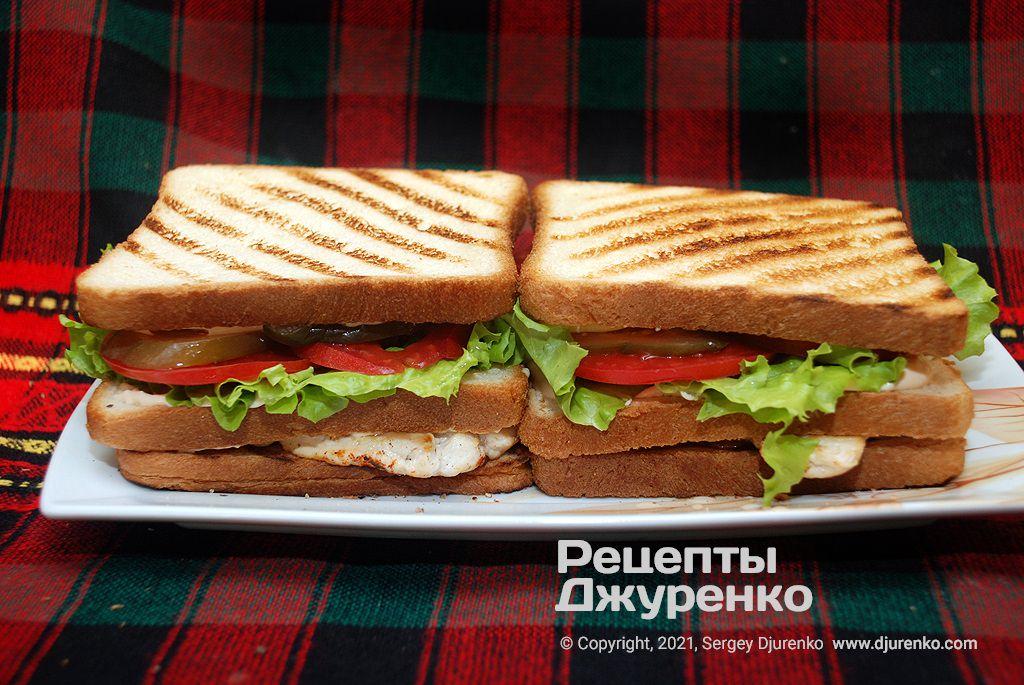 Собранные сэндвичи надо легко прижать, чтобы начинка с курицей хорошо держалась.