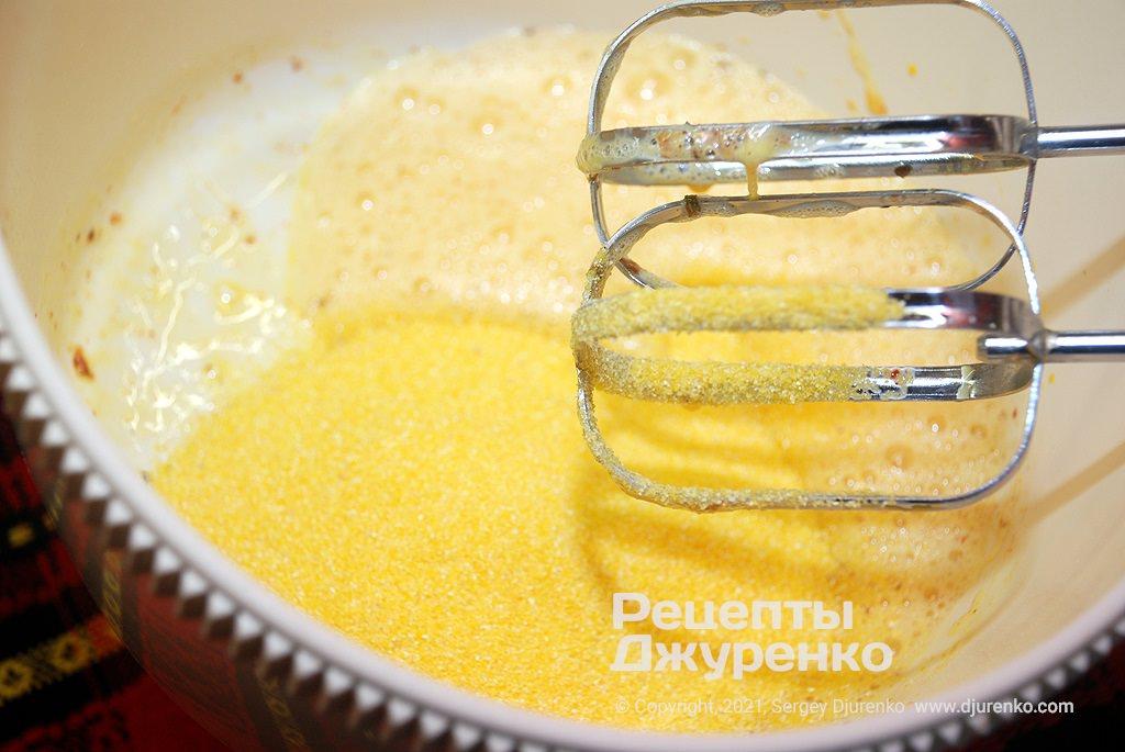 Добавить в тесто кукурузную муку и перемешать.