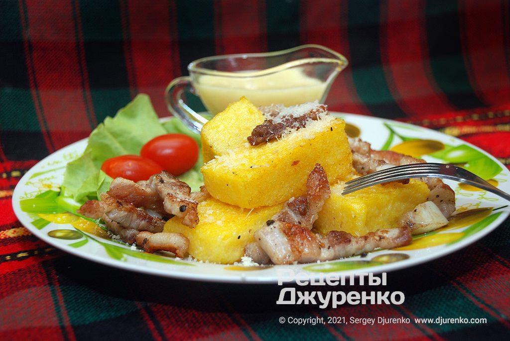 Готова страва Полента - щільна кукурудзяна каша з різними добавками.